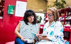 Bezoekers in de Taalzone van bibliotheek Permeke