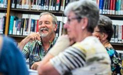 Deelnemers aan een SamenLeesgroep in bibliotheek Elsschot