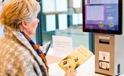 Bezoeker leent materialen in bibliotheek Bist
