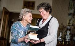 Vrijwilliger brengt boeken aan huis