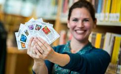 Bibliotheekmedewerker toont zakjes bloemenzaad