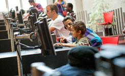 Bezoekers op de cyberhelling in bibliotheek Permeke
