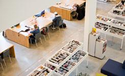 Bezoekers in de krantenhoek van bibliotheek Bist
