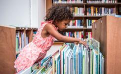 Meisje zoekt prentenboek in bib Kielpark