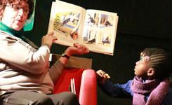 Vrijwilliger leest voor in bib Permeke