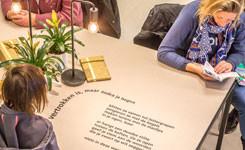 Gedicht op een tafel in bib Driehoek