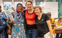 Stadsdichter Maud Vanhauwert op bezoek in bib Vrede