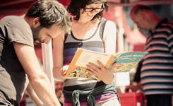 Bezoekers kiezen strips op het Strip- en Boekenplein
