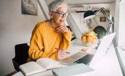 Vrouw volgt online cursus van de bib bij haar thuis
