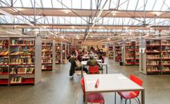 Studenten gebruiken een studieplek in bibliotheek Permeke