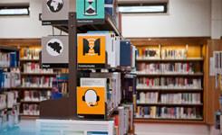 Boekenrekken in de bibliotheek