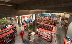 Bezoekers in de marktzone van bib Permeke