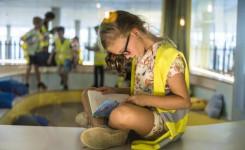Meisje leest een boek in de bibliotheek