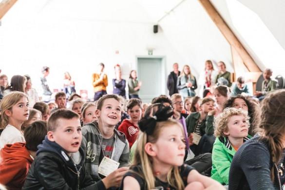 Kinderen luisteren naar de prijsuitreiking KJV 2019
