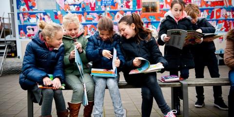 Scholieren bekijken hun boeken van de bibbus